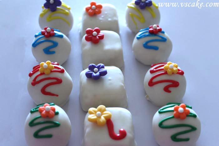 Snow White Cake Bites after decoration